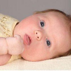 Почему у малышей возникает икота после кормления?