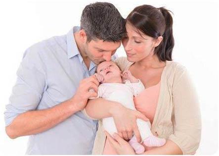 Малыш в объятиях мамы и папы