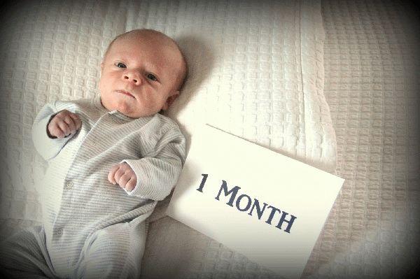 Концу первого месяца начинает фиксировать взгляд