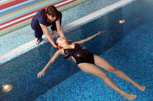 Плавание в бассейне положительно влияет на будущую маму