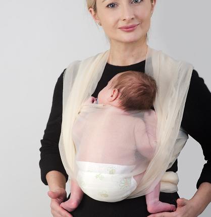 Правильное положение малыша в слинге