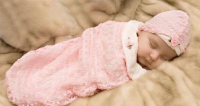 Малыш в пеленке сладко спит