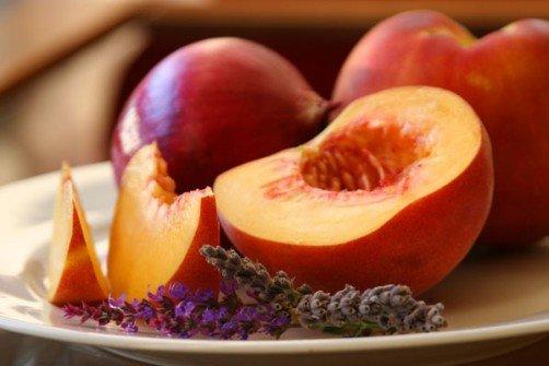 Можно ли персики при грудном вскармливании - польза и советы по ...