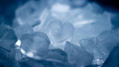 Можно приложить лед