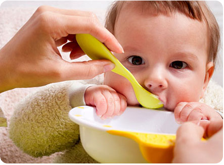 Первый прикорм ребенка. Ему определенно нравится