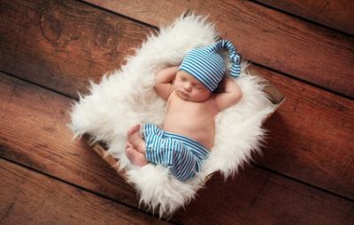 Пока не зажил пупок, лучше малышу спать на спине
