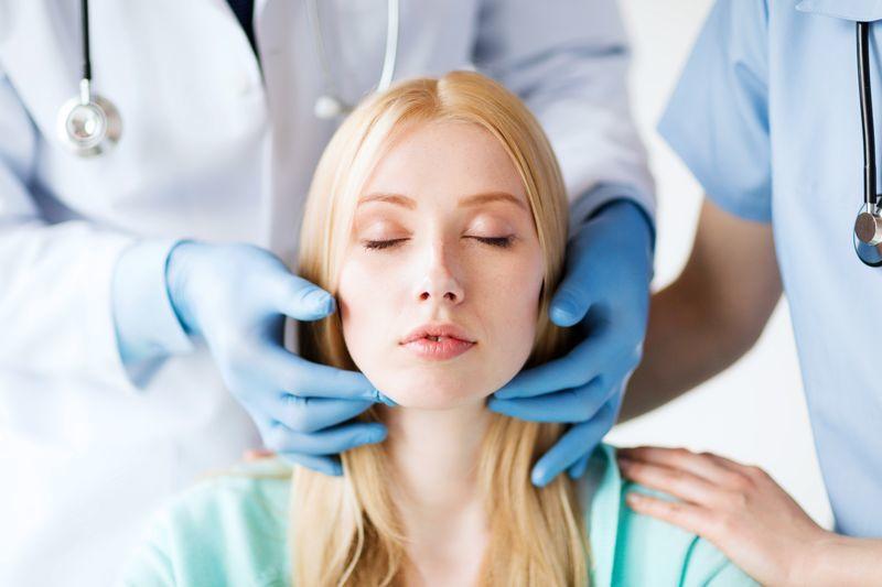 При боли в горле обязательно обратитесь ко врачу