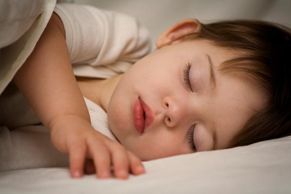 Причина появления бруксизма – нарушение у ребенка сна