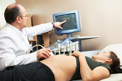Проводят скрининг между 10 и 14 неделей беременности