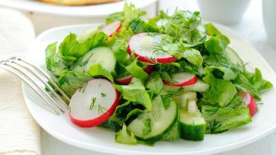Редиска с огурцом и салатом