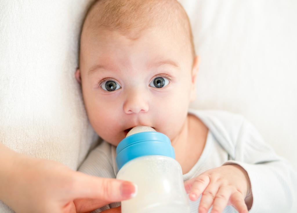 С каждым разом сокращает число кормлений ребёнка грудью