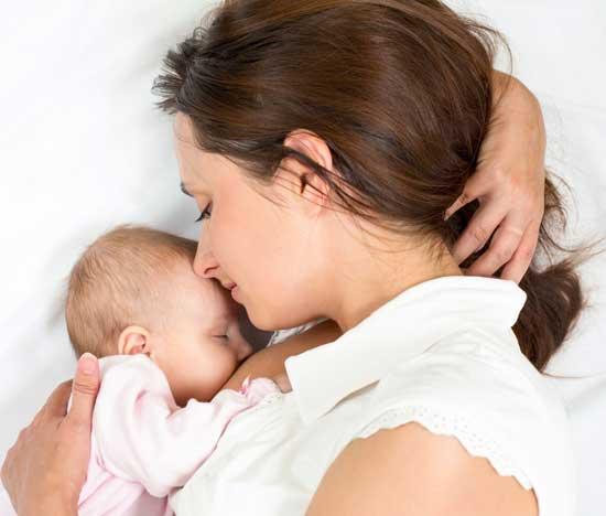 С молоком мамы малыш получает витамины, необходимые для роста