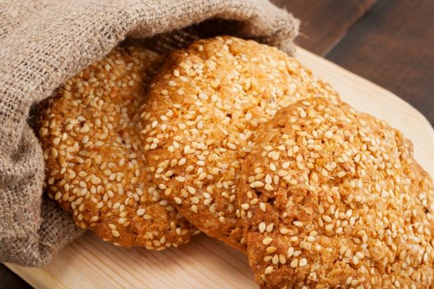 Овсяное печенье посыпанное кунжутом