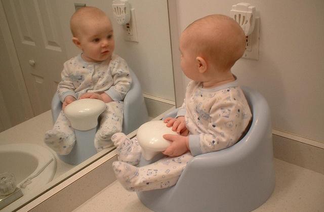 Понос у новорожденного при грудном вскармливании: причины и способы лечения