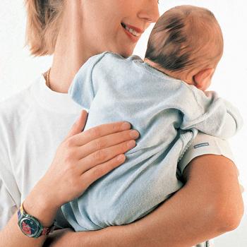 После кормления подержите ребенка столбиком