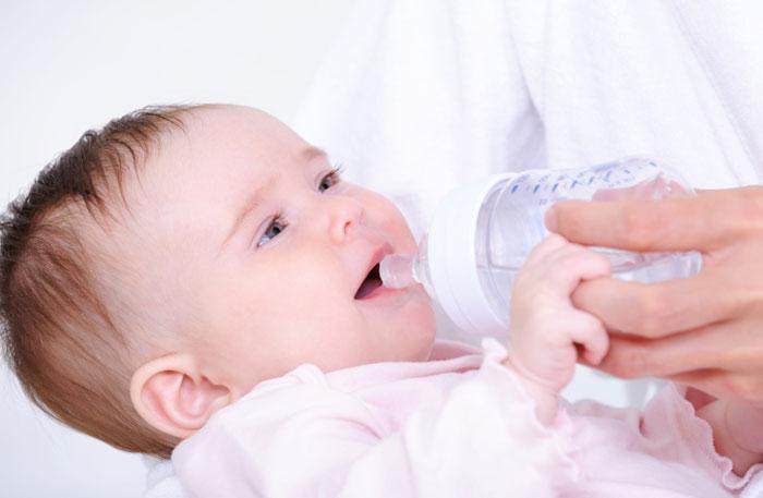 Во время поноса следует поить ребенка водой
