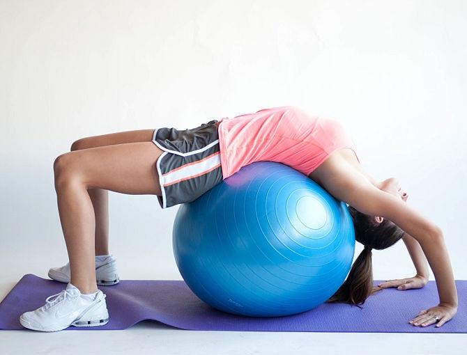 Мостик с помощью гимнастического мяча