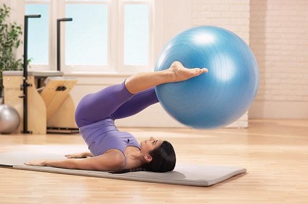 Упражнения можно проводить при наличии какого-либо инвентаря