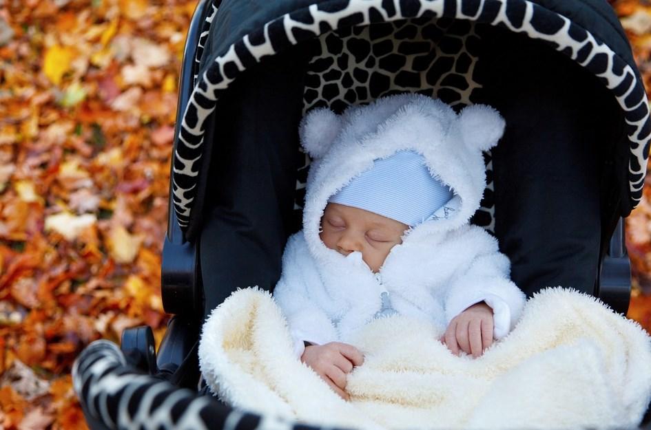 Прогулка с новорождённым на улице