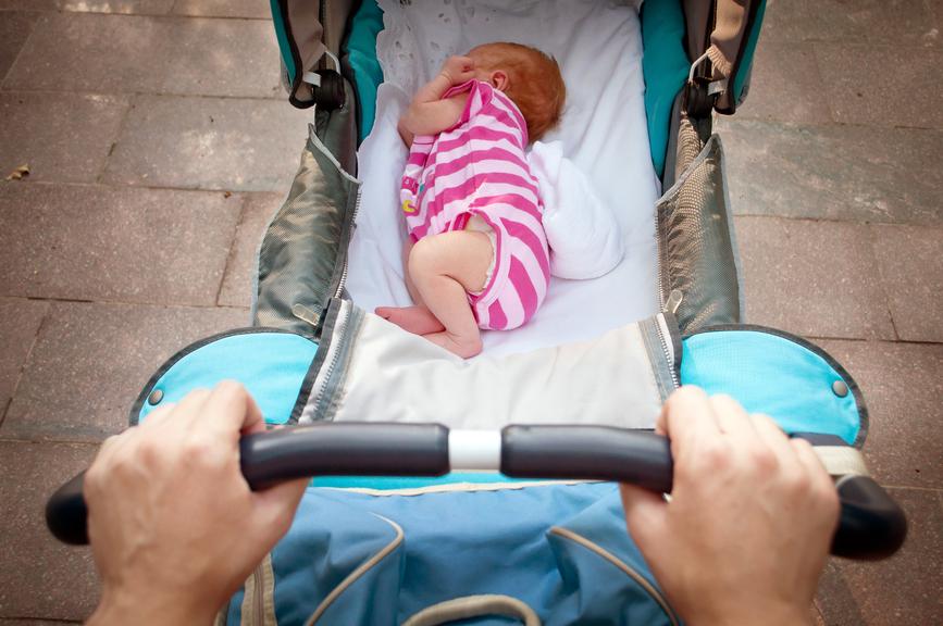 Родители гуляют с ребёнком в коляске