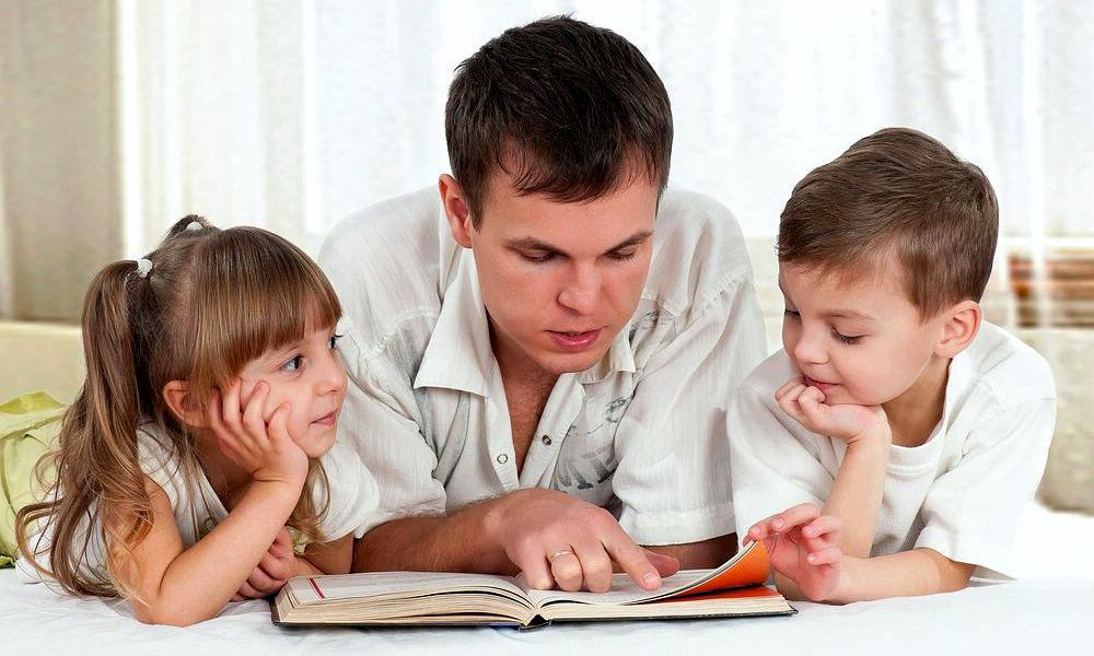Дети читают с папой