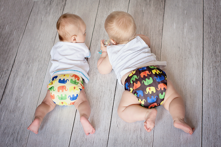 Малыши в многоразовых подгузниках