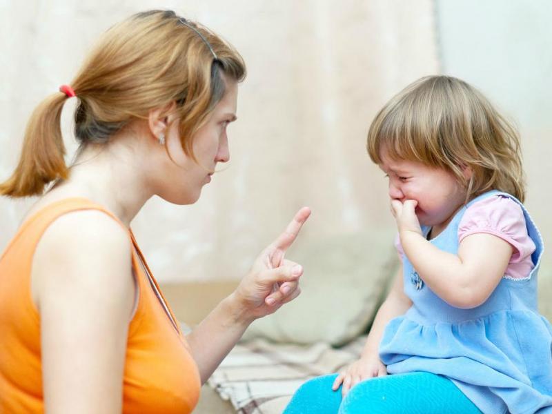 Мама ругает дочку