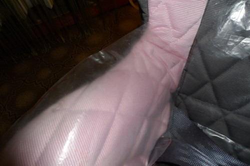 На розовом кресле клеёнка