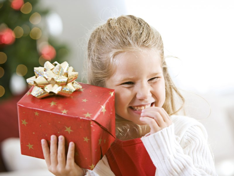Родители дарят подарок малышу