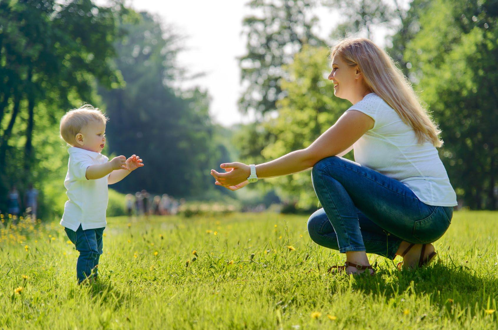 Картинки первые шаги младенца, красивая