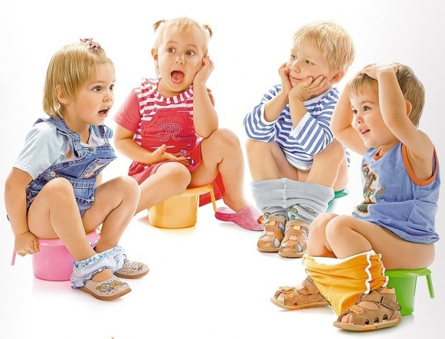 Дети сидят на горшках