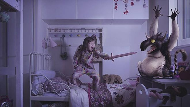 Девочка борется с монстром