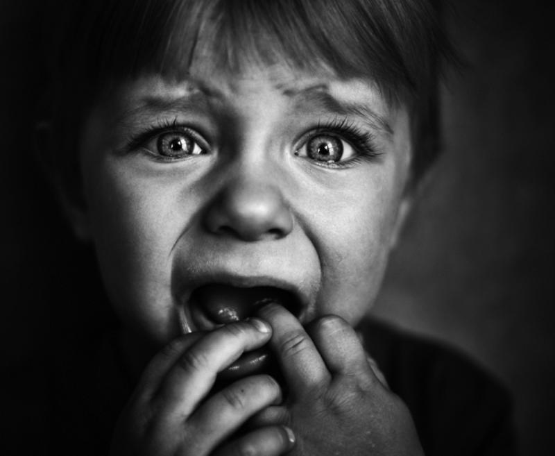 Чёрно-белая фотография плачущего ребёнка