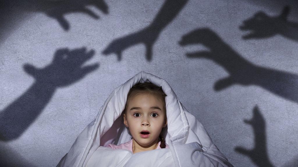 Девочка испытывает страх