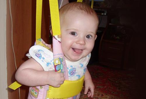 Довольный малыш в жёлтых прыгунках