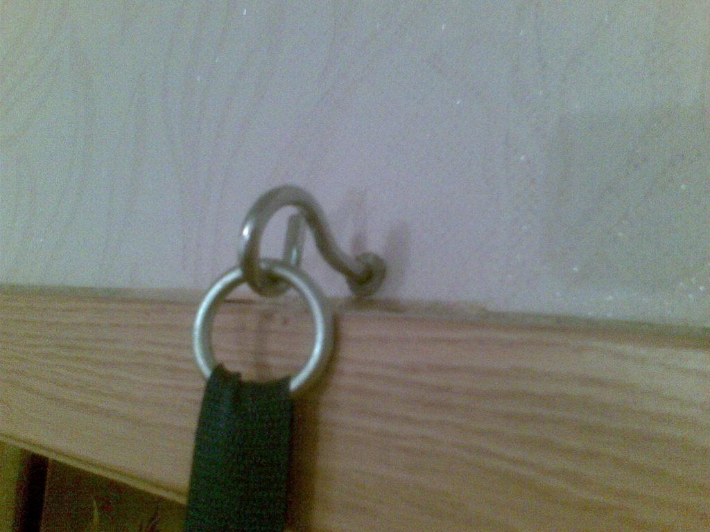 Крючок прыгунков, повешенных в дверном проёме
