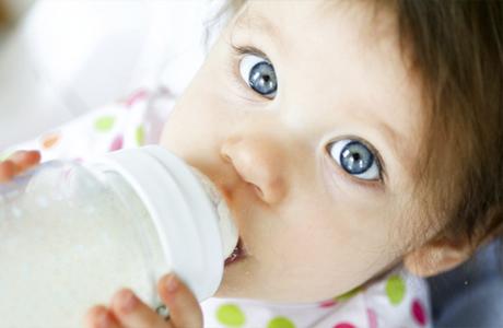 Малыш есть из бутылки
