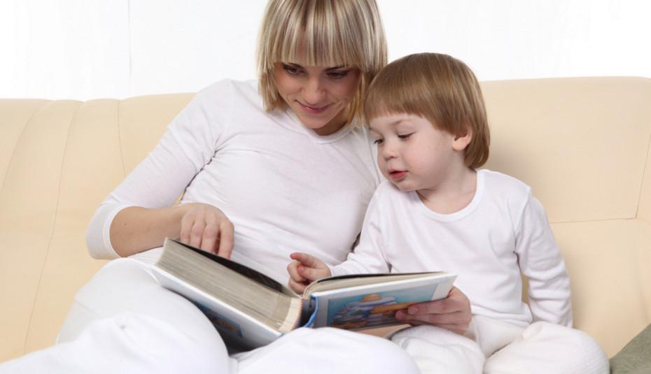 Мама с сыном читают книжку