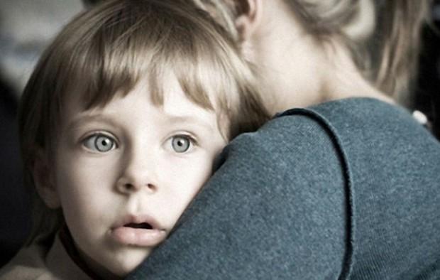 Мама обняла малыша
