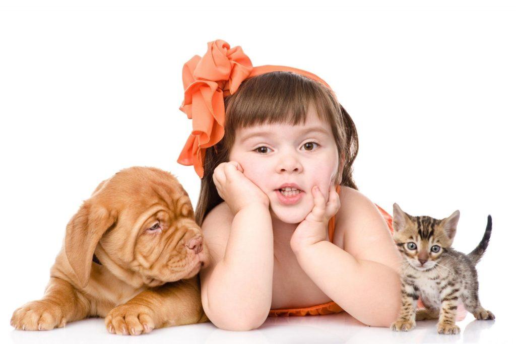 Ребёнок с собакой и кошкой