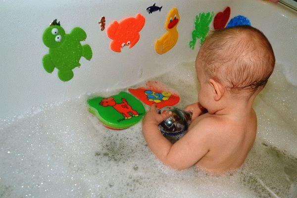 Ребёнок с игрушками в ванне