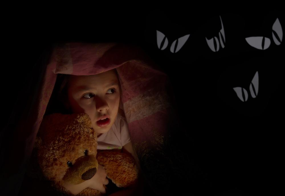 Девочка с мишкой в темноте