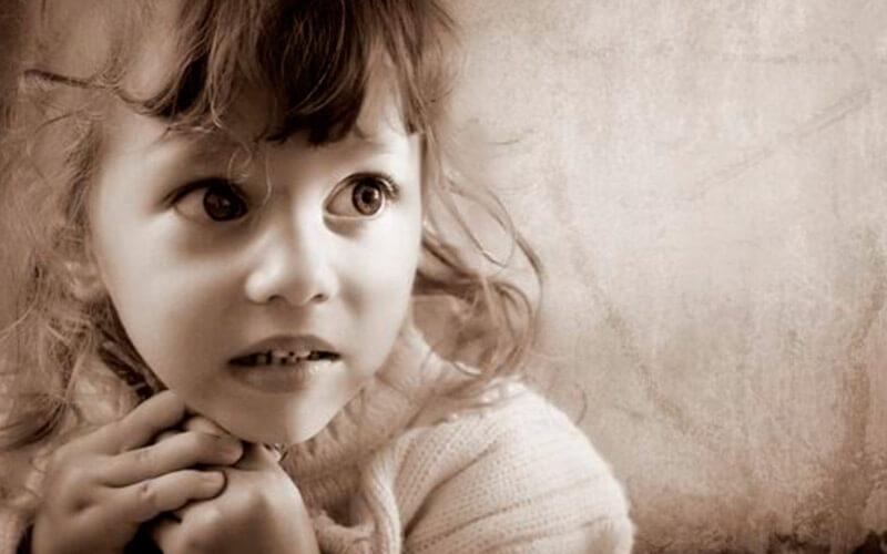 Девочка с испуганными глазами