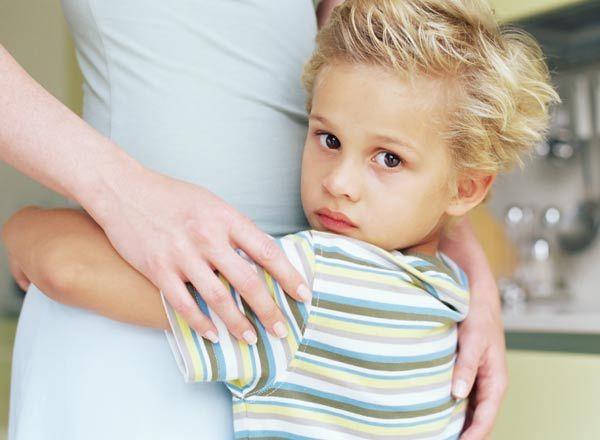 Мальчик обнимает маму за талию