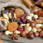 смесь сухофруктов и орехов
