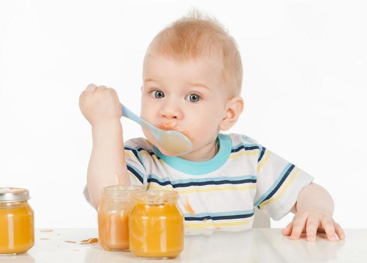 Ребёнок ест тыквенное пюре