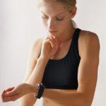 Женщина измеряет свой пульс