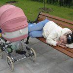 Женщина на прогулке с коляской