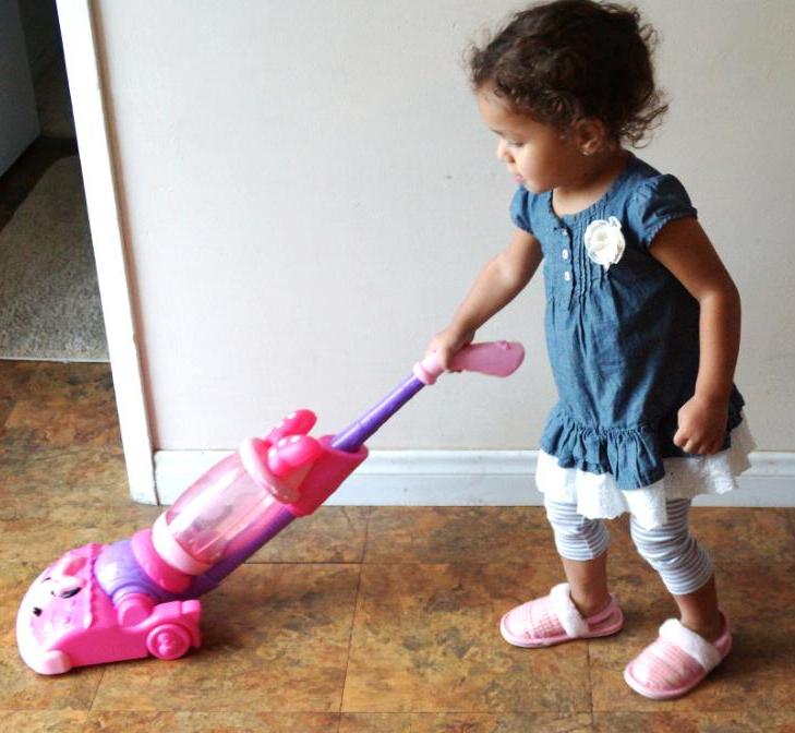 девочка с игрушечным пылесосом