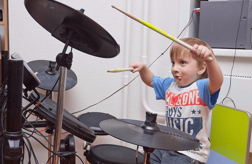 малыш с барабанами